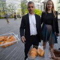 Eile esimest päeva Londoni raekotta tööle läinud Sadiq Khani oodati pirukatega.
