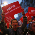 Opositsiooni toetajad protestivad Istanbulis väidetava võltsingu vastu