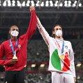 Mutaz Essa Barshim (vaskul) ja Gianmarco Tamberi võitjatena poodiumil.