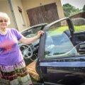 KÄIB LUGEJATEGA KOHTUMAS KABRIOLETIGA: Auto tahaks Tiina maha müüa enne, kui see päris ära laguneb, aga jurakad – Aapo ja Tulvo – veel ei luba.