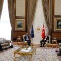 Charles Michel istus president Erdoğani kõrval, samal ajal kui hämmeldunud Ursula von der Leyen suruti taustale.
