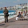Nice eile hommikul: turiste on vähe, turvakontrolli on tugevdatud ja jalgsipatrull käib mööda promenaadi.