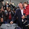 Игорь Додон голосует на выборах президента Молдовы