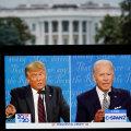 Дональд Трамп и Джо Байден на экране монитора на фоне Белого дома