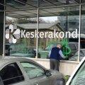 FOTOD   Keskerakonna büroo akendele soditi haakristid ja kirjutati roppusi