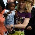 MADONNA LAPSEGA: Madonna (sellenimeline poplaulja) Malawi poisikese David Bandaga, kelle ta adopteeris.