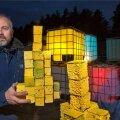 Kunstnik Teet Suure uus kuuse- kompositsioon valmib plast-konteineritest ja sellel saab olema kaks nägu nagu mitmel varasemal Rakvere omalgi. Päeval saab näha üht kompositsiooni, õhtul aga salapärast, erilisse valgusse mattunut.