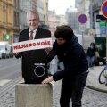 """Valimised lõhestasid ühiskonda. """"Miloš korvi"""" ütleb kiri prügikastil."""
