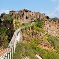 Kes tahab Civita di Bagnoregiosse minna, peab enne silla ületamist piletiraha välja käima.