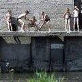 KAS TULEVASED ISAMAAKAITSJAD VÕI ALKO-NARKO PÕLVKOND: Lapsepõlv Maardu järve ääres – kes hüppab ise, keda tuleb visata. Rauno Volmar / Epl
