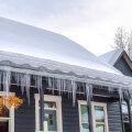 Jääpurikad räästas räägivad katuse ja maja seisukorrast