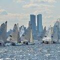 MM-i eilsel avapäeval otsis Tallinna silueti ees oma kohta 86 Finn-klassi purjetajat.