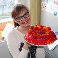 Mariann tegi Mari Johannale pooleaastaseks saamise puhul tordi