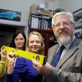 Teaduspreemia laureaat Tarmo Soomere koos noorte teadlaste Katri Pindsoo (vasakul) ja Maris Eelsaluga. Nende töö on mõista, kuidas kliimamuutused ja õlireostused Eesti randadele mõjuvad.