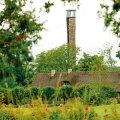 Eelmisel aastal tekkis kinnistule loata 24-meetrine linnuvaatlustorn. Pärast seda on maatükk olnud küll valla teravama tähelepanu all, kuid omatahtsi ehitamast pole see krundi omanikku takistanud.