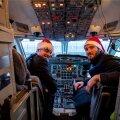 Kaubalennuki piloodid, eestlane Martin Karolin (vasakul) ja lätlane Karens Cvetanovičs, on päkapikkudeks kehastunud.