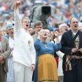 Laulu- ja tantsupeo peakorraldaja Aet Maatee (keskel) elas laulupeole kaasa.