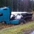 FOTOD: Narva maanteel sattus õnnetusse tsementi vedanud sõiduk