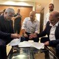 Islamist Mansour Abbas (vasakult), tulevane peaminister Naftali Bennett ja tsentrist Yair Lapid allkirjastavad võimulepet.