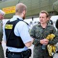 Peter Madsen (paremal, veepudel käes) annab oma allveelaeva ees politseile selgitusi.