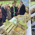 Pärast avamist sai pood mõne minutiga inimesi täis.  Kohale olid tulnud ka proua Evelin Ilves (vasakult teine)  ja põllumajandusminister Ivari Padar (paremal).  Nende vahel poe omanik Martin Repinski.
