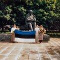 Riina Roose (vasakul), Mehis Metsala ja Piret Rips lipuga pärast lõpuaktust Tammsaare pargis.
