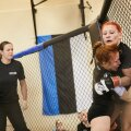SEINAMAADLUS: Üks füüsiliselt raskemaid MMA osasid. Monika Riivaldi ülesanne on ennast väga halvast olukorrast vabaks võidelda.