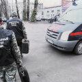 Мужчина с пистолетом зарубил жену в торговом центре в Ленинградской области
