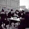 Improviseeritud välikohvik Tallinna turul.   Foto: Oskar Viikholm / Rahvusarhiivi Filmiarhiiv