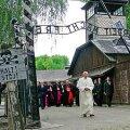 PAAVST BENEDICTUS XVI KÜLASTAB AUSCHWITZI: Holokausti eitamise kriminaliseerimisel on oma juriidiline loogika – eitajate teguviis solvab väga paljude inimeste tundeid. AFP