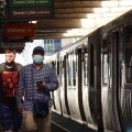 Maskiga ja maskita reisija Chicago metroos