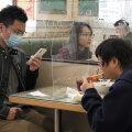 Hetkeseis Hiinas Hongkongis: söögikohas lauajagajad on teineteisest plastikpaneeliga eraldatud, et vähendada võimalusi füüsiliselt kokku puutuda. (Foto: AP)