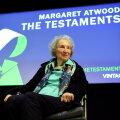 """Margaret Atwood """"Testamentide"""" esitlusel. Raamat on järg 1985. aasta romaanile """"Teenijanna lugu""""."""