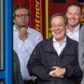 NAER VALES KOHAS: Saksamaa Kristlik-Demokraatliku Partei esimees ja Põhja-Rein-Vestfaali liidumaa peaminister Armin Laschet 17. juulil Erftstadti linnas. See on Ahri jõe katastroofipiirkond, kus raevukad paduvihmad tekitasid üleujutuse, hävitades ligi 10 000 maja ning viies 133 inimese elu. Sündmuskohale saabus Saksa LV president, et esitada asjakohane kõne. Fotograaf jäädvustas presidendi kõne ajal heatujulise Lascheti. Poliitilised konkurendid kasutasid valimispropagandas Lascheti eksitust ära, väites, et sedavõrd tundetu inimene ei sobi Saksa LV uueks kantsleriks. Mis Laschetile ja tema kaaslastele tol hetkel nalja tegi, pole selgunud.