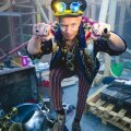 """VÕTTEPLATSI TOHUVABOHUS Renārs peab end teksade ja t-särkide tüübiks ning seda enam naudib ta vahelduseks värvikirevat filmirolli. Läti, Leedu, Soome ja Luksemburgi koostöös teoksil linateosesse """"Erik Kivisüda"""" kutsuti Renārs mängima moeteadlikku piraati Versatsi pluss ka filmilaulu kirjutama!"""
