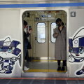 Olümpiamaskotid Tokyo metroorongil.