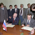 Andrei Kozõrev koos Lennart Meriga 1991. aastal lepingut allkirjastamas