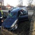 DELFI FOTOD: Joobes juht riivas vastutulevat sõidukit ja lõpetas kraavis