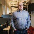 Peep Pahv EPLi sporditoimetuses, taamal tööhoos kolleeg Jaan Martinsoni arvuti ja jalad.