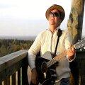 Karl Madis päikeseloojangul Emumäe vaatetornis