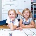 Luise ja Laura koos oma Ozoboti-robotitega, kes oskavad liikuda mööda joont ja teha muid trikke.