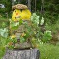 Lõbus maasikamees on aias pilgupüüdja.