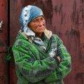 Nooruspõlves vabrikutes töötanud ja kaks last üles kasvatanud Larissa elab nüüd garaažis. -