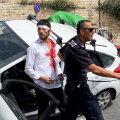 Politsei turvab kivitabamuse saanud ja palestiinlasi ramminud juhti.