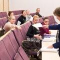 Õppejõud Mai Normak jagab esseesid kätte.