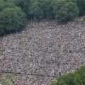 Üleval Lasnamäe nõlval kuulates varjasid tuhanded pealtvaatajad  ka kõige kotkasilmsematel vaate ning ka heli ei olnud kõige paremini kosta.