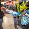 Politseinikud maske jagamas.