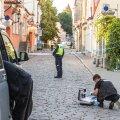 Politseinikud ja kriminalistid suvel Tallinna vanalinnas kuriteopaigal.