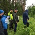 Eelmise aasta konkursi žürii tutvub Koit Paasma (keskel) metsadega.