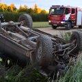 FOTOD ja VIDEO | Viljandimaal sõitis auto katuse peale, juht sai viga